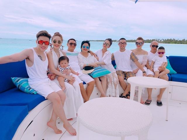 """Sau khoảng thời gian làm việc cật lực, Bảo Thy đã dành hẳn một tuần đưa cả gia đình đi nghỉ dưỡng tại Maldives – đảo quốc được mệnh danh là """"thiên đường hạ giới"""". Cũng nhân dịp gia đình chị hai của Bảo Thy từ Mỹ trở về đoàn tụ nên nữ ca sĩ mong muốn cả nhà được trải nghiệm một kì nghỉ vui vẻ và đáng nhớ."""