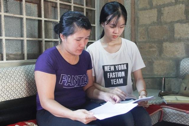 Hai mẹ con Linh băn khoăn về khoản kinh phí học tập khi vào đại học.