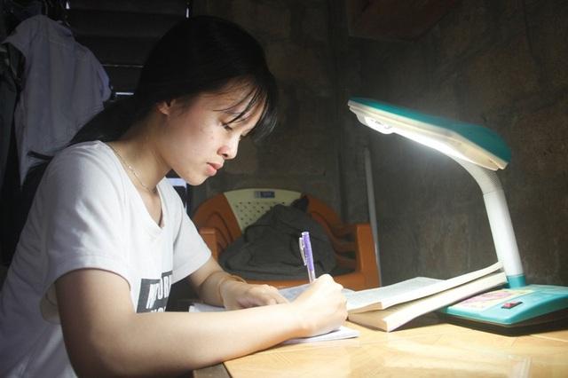 Em Linh là học sinh chăm ngoan, biết quan tâm đến gia đình.