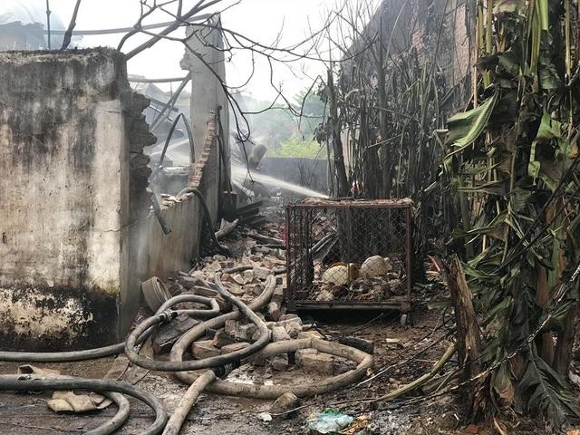 Bên trong nhà xưởng vẫn còn nguy cơ bùng phát cháy trở lại, lực lượng chức năng đang tích cực chữa cháy...