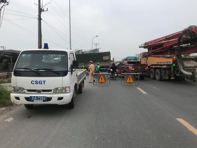Lực lượng chức năng phong toả đường đi qua vụ cháy trên Đại lộ Thăng Long.