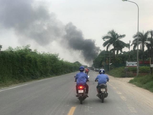 Cột khói cao hàng chục mét phát ra từ vụ cháy nhìn từ xa.