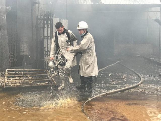 Lực lượng PCCC phải rất vất vả mới có thể khống chế đám cháy vì mùi sơn rất nồng nặc gây khó thở.
