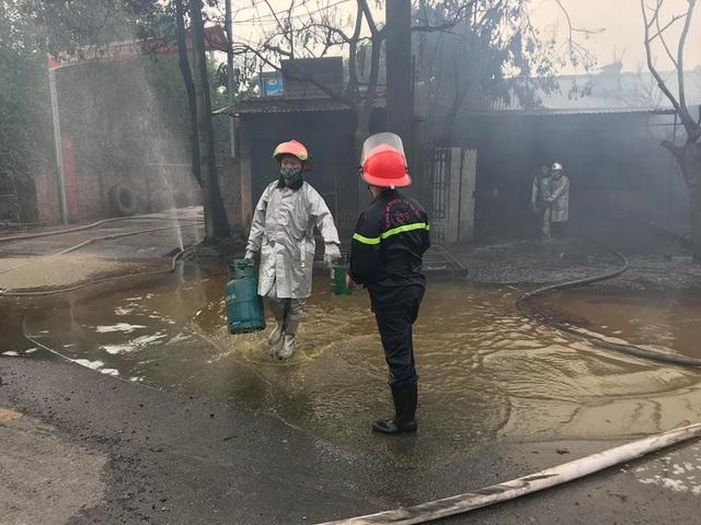 Nhiều bình gas được di chuyển ra ngoài đám cháy...