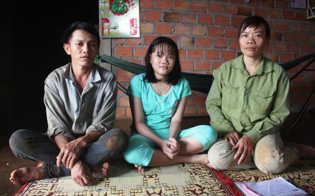 Gia đình chị Tuyến đi vay mượn khắp nơi để chữa bệnh ung thư máu cho cháu Lý (ngồi ở giữa)