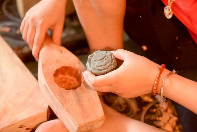 Để kiểm tra chất lượng của khuôn, thợ dùng đất sét đóng vào khuôn như bánh thật. Phải kiểm tra để biết được khuôn hỏng thừa thiếu chi tiết gì để còn khắc phục. Ngoài ra còn để lấy mẫu chụp ảnh cho khách đặt khuôn biết được hình dáng chiếc khuôn như thế nào, ông Bản nói.