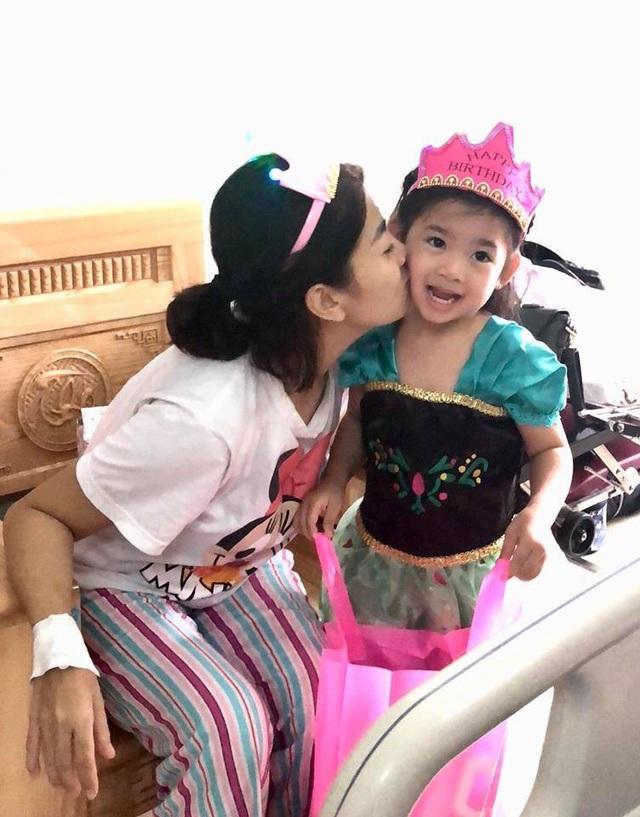 Nữ diễn viên ngọt ngào hôn và chúc mừng sinh nhật con gái nhỏ