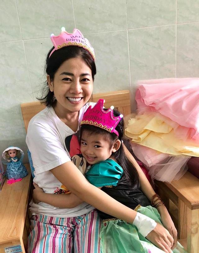 Mai Phương tươi cười hạnh phúc khi được ôm con gái trong lòng và mừng sinh nhật cho con. Mai Phương chia sẻ, con gái là động lực lớn để cô vượt qua mọi nghịch cảnh trong cuộc sống.