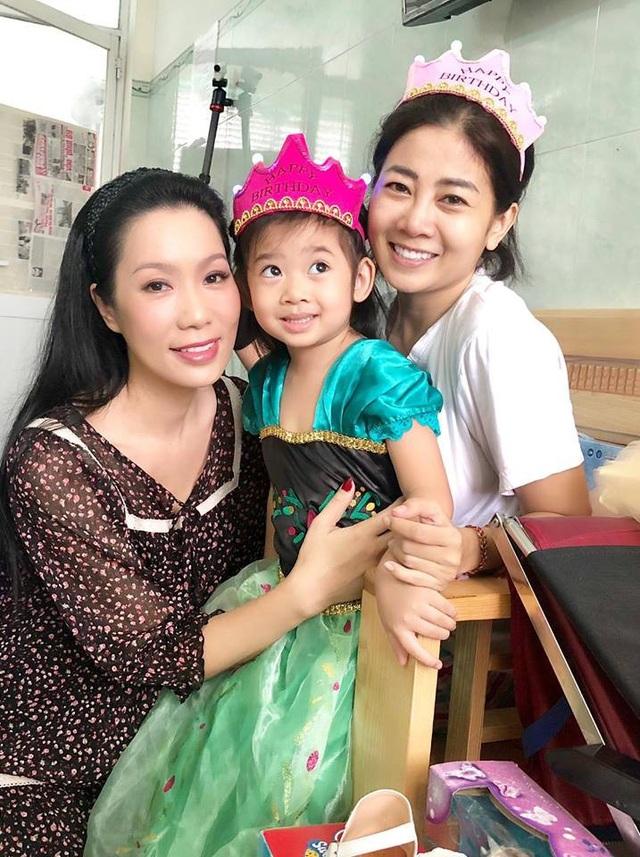 Trong sinh nhật bé Lavie, Ốc Thanh Vân và Á hậu Trịnh Kim Chi giúp cô chuẩn bị bánh kem, quà sinh nhật cho con gái.