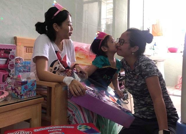 Ốc Thanh Vân dành nhiều thời gian để lo lắng cho bệnh tình của Mai Phương bên cạnh gia đình