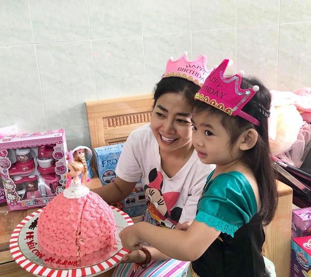Được biết, đây là lần đầu tiên Mai Phương được gặp con gái từ khi nhập viện điều trị ung thư phổi. Trước đó, nữ diễn viên không muốn người nhà đưa bé vào thăm mẹ vì sợ con gái biết mình đau ốm.