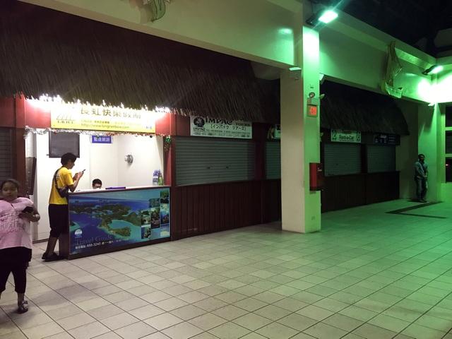 Cảnh vắng vẻ tại một quầy của đại lý du lịch ở sân bay Palau (Ảnh: Reuters)