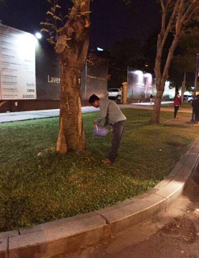 Người tè bậy bị lực lượng chức năng quận 1 yêu cầu dọn sạch hiện trường