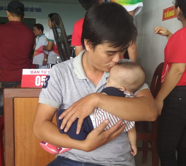 Anh Võ Văn Hòa, ở thôn Tam Hòa, xã Đại Lộc, Quảng Nam cho biết, con mình bị T4F. Anh đã tự liên lạc với nhiều chương trình trên mạng nhưng đây là lần đầu tiên, con anh được mổ tim miễn phí.