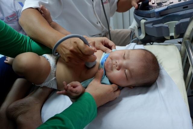 Cháu Thảo Nguyên cũng được chẩn đoán bị T4F. Như một số bệnh nhân khác của đợt khám này, các bác sĩ ở Bệnh viện T.Ư Huế sẽ đảm nhận ca phẫu thuật.