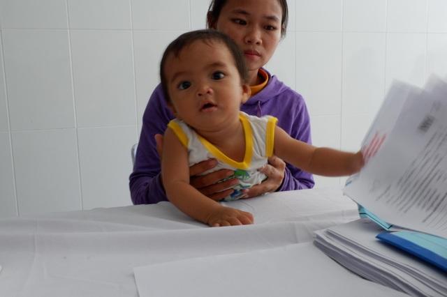 Chị Hồ Thị Tiệp cho PV Dân trí biết, hai vợ chồng chị đều là người dân tộc thiểu số. Gia đình đã vượt 50km về bệnh viện Đa khoa Quảng Nam để khám cho con.