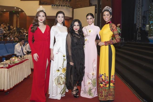 Diva Thanh Lam cũng vui vẻ trò chuyện cùng dàn Hoa hậu, người đẹp.