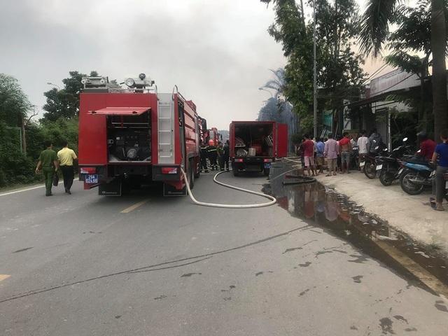 Lực lượng chữa cháy điều khoảng 10 xe chữa cháy đến hiện trường.