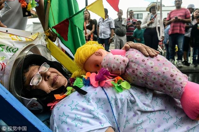 Một người phụ nữ mang theo cả thú bông ngủ trên phố