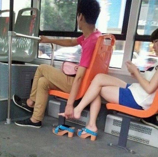 Cũng chỉ ở các quốc gia châu Á, du khách mới có dịp chứng kiến những khoảnh khắc này ở chốn công cộng.