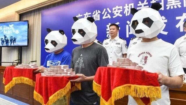 Lên nhận giải thưởng nhưng đeo mặt nạ kín mít để tránh bị nhận diện.