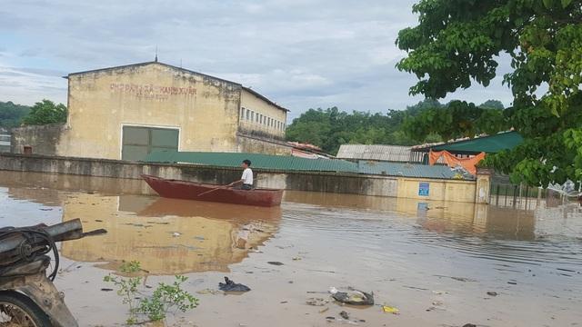 Khu vực chợ trung tâm xã ngập trong biển nước.