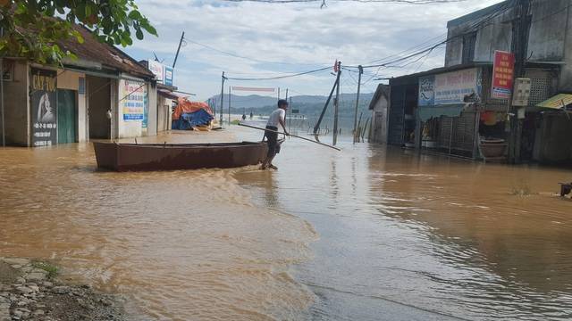 Đường vào các khu vực xóm bị nước bao vây.