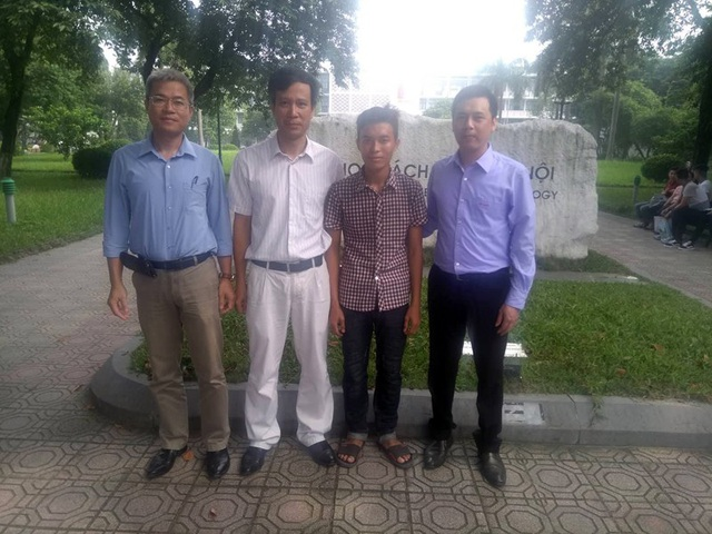 Nhờ sự giúp đỡ của các mạnh thường quân, em Trần Thế Phương (áo kẻ) đã có mặt và làm thủ tục nhập học tại Trường ĐH Bách khoa Hà Nội.