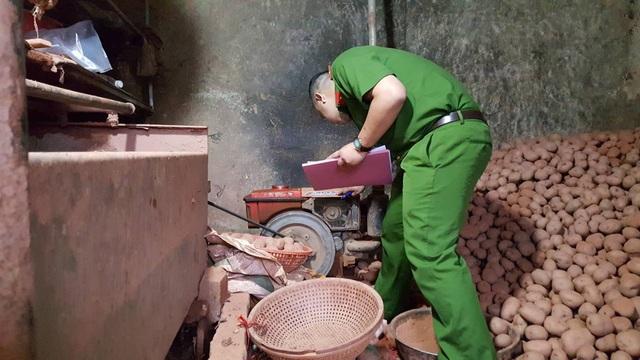 Lực lượng công an đang kiểm tra số khoai tây đã được nhuộm đất đỏ và lập biên bản thu giữ tang vật