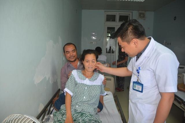 Bác sỹ BVHNĐK Nghệ An động viên thăm hỏi bệnh nhân Lành sau khi ca phẫu thuật thành công.