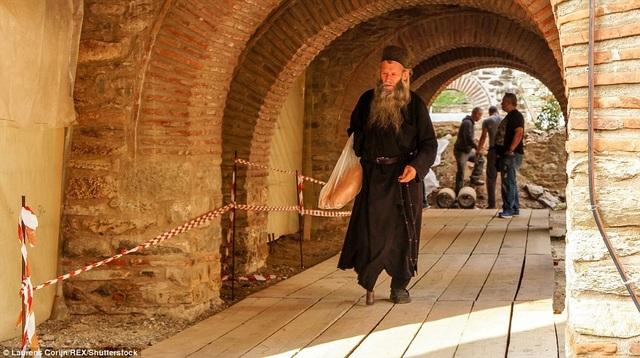 Một vị tu sỹ đang băng qua một tu viện cổ