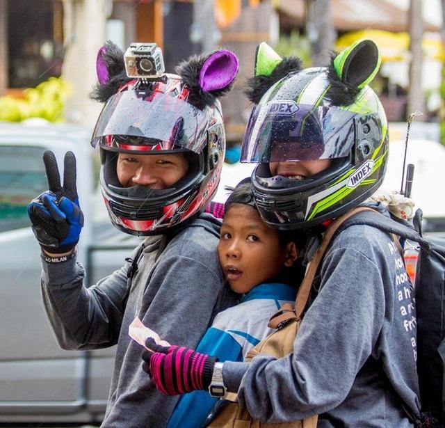 Mũ bảo hiểm có tai. Hình ảnh ngộ nghĩnh này được chụp tại một quốc gia châu Á.
