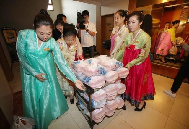 Các phụ nữ Triều Tiên tận tình đưa cơm hộp tới phòng khách sạn.