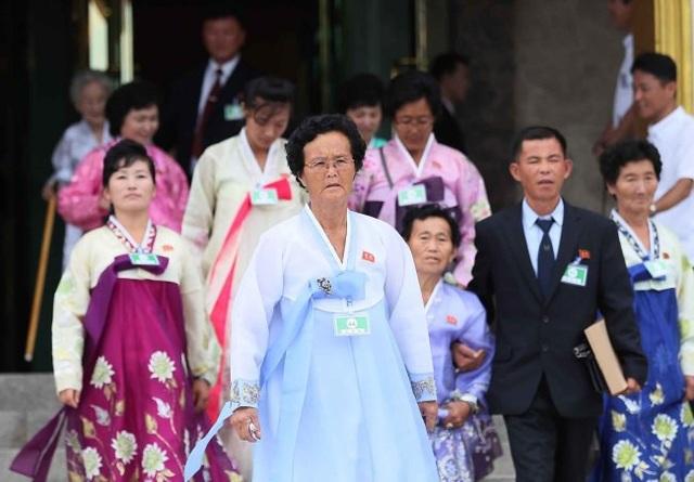 Cụ bà Lee Keum-seom, 92 tuổi, người đã bật khóc khi nhìn thấy con trai 71 tuổi Sang-chol sau gần 70 năm xa cách trong ngày đầu tiên, tiếp tục không thể kìm nén được cảm xúc khi họ gặp lại nhau lần nữa. Hai mẹ con ôm chặt lấy nhau không rời.