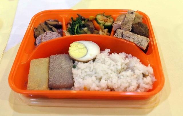 Cận cảnh hộp cơm trưa trong bữa ăn đoàn tụ của các thân nhân ly tán.