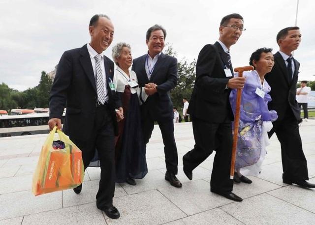 """Ông Lee Young-boo, 76 tuổi, cảm thấy hài lòng khi ông và thân nhân có nhiều thời gian tự do hơn so với ngày đầu tiên gặp gỡ. """"Tôi cảm thấy tự do hơn và tốt hơn rất nhiều. Đồ ăn hương vị rất tuyệt vời"""", ông Lee nói. Ông đã vượt một chặng đường dài để có thể đến gặp 2 cháu trai và 1 cháu gái đang sống ở Triều Tiên."""