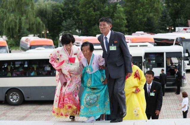 """""""Em gái tôi rất đẹp đúng không?"""", cụ bà Kim Byeong-oh, 88 tuổi, nắm lấy tay cụ bà 81 tuổi, Sun-ok. Bà Kim Hye-ja, 75 tuổi, ôm chầm lấy người chị gái đang sống ở Triều Tiên, nhắc đi nhắc lại: """"Em yêu quý chị. Cảm giác cứ như là đang mơ vậy. Em muốn ở với chị. Em không muốn rời xa chị thêm nữa""""."""
