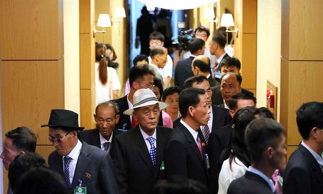 Ngày 21/8 là ngày thứ 2, cuộc đoàn tụ gia đình ly tán Hàn - Triều tiếp tục diễn ra. Khoảng 9h55 sáng (giờ địa phương), 5 xe bus chở 185 người Triều Tiên đến khách sạn Oekumgang, tỉnh Kangwon, gặp gỡ 89 người thân Hàn Quốc đang chờ tại đây.