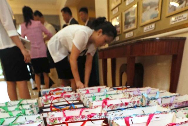 Theo ghi nhận của các phóng viên, phía Triều Tiên cũng mang theo nhiều quà để tặng thân nhân như nhân sâm Kaesong Koryo nổi tiếng hay những sản phẩm làm đẹp có nguyên liệu từ nhân sâm.
