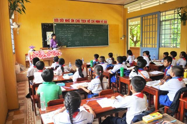 Nước lũ lên nhanh và diễn biến khó lường, ngành Giáo dục các tỉnh An Giang, Đồng Tháp chỉ đạo Phòng Giáo dục cần chú tâm, theo dõi mực nước lũ.