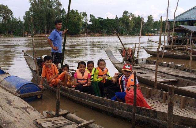Đối với những điểm trường bị ảnh hưởng do nước lũ, các Phòng Giáo dục phối hợp với chính quyền địa phương tổ chức đưa đón học sinh đến trường.