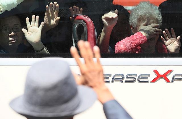 Sau 3 ngày đoàn tụ ngắn ngủi, hôm nay những chiếc xe buýt đã đưa những người Hàn Quốc rời khỏi khu nghỉ dưỡng trên núi Kumgang, Triều Tiên.