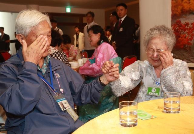 Tuần này, 85 người cao tuổi Hàn Quốc đã vượt qua biên giới với Triều Tiên để tham gia cuộc đoàn tụ được tổ chức trong vòng 3 ngày. Họ đã gặp lại 185 người thân Triều Tiên bị ly tán từ chiến tranh Triều Tiên (1950-1953) trong vỏn vẹn 12 tiếng đồng hồ.