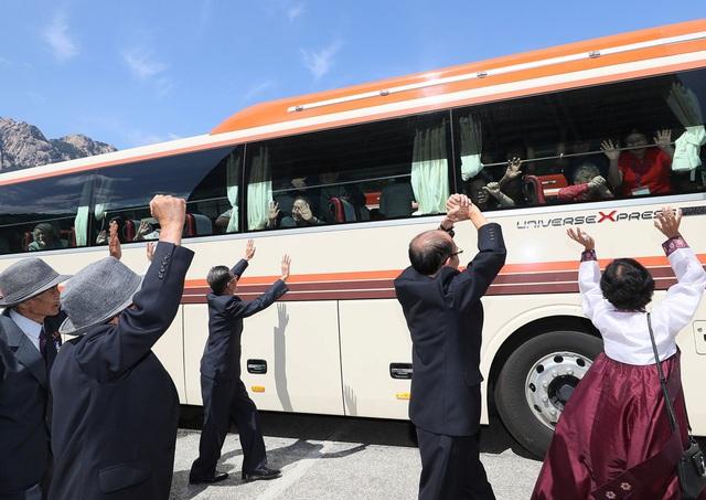"""""""Chúng ta sẽ gặp lại nhau khi hai miền thống nhất. Anh hãy sống khỏe mạnh cho tới ngày đó nhé"""", bà Pak Son-bun, 73 tuổi, nói với anh trai Ki-dong đang ngồi trên xe buýt."""