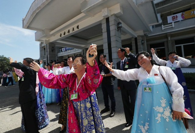 Những người Hàn Quốc vẫy tay qua cửa kính và nói lời chào tạm biệt tới người thân. Trong khi đó, những người Triều Tiên vẫn đứng rất lâu chờ cho tới khi xe buýt đi xa dần.