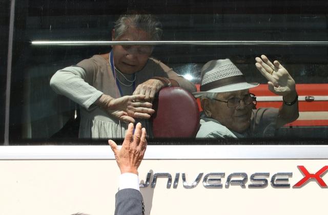 """""""Tôi không biết khi nào chúng tôi mới có dịp gặp lại. Chuyện đó thật buồn. Nếu chúng tôi trẻ hơn, biết đâu sẽ có cơ hội gặp lại"""", ông Lee Soo-nam, 77 tuổi, nói với Korea Times."""