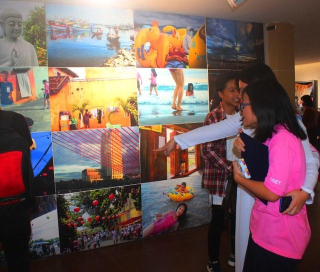 Triển lãm giới thiệu hơn 100 bức ảnh của các nhiếp ảnh gia và các học sinh đến từ Hàn Quốc và Đà Nẵng - Việt Nam