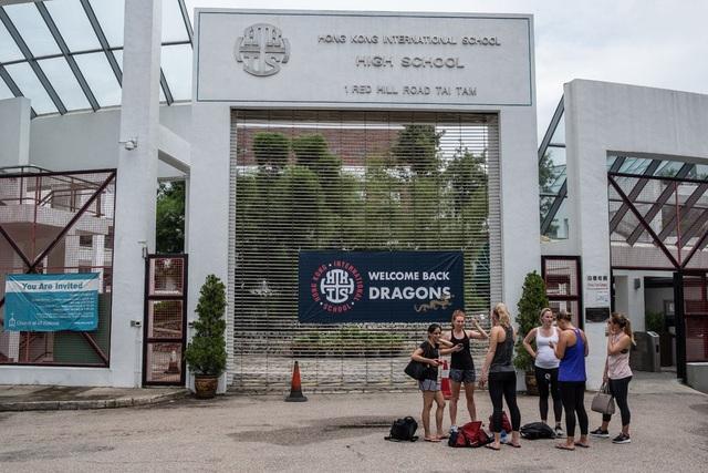 Bên ngoài một trường quốc tế ở Hong Kong (Ảnh: New York Times)
