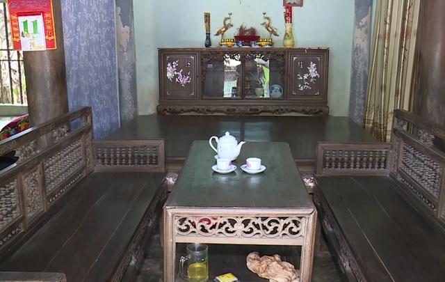 Bàn ghế, kệ, sập cũng đều trải qua cả trăm năm cùng với căn nhà.