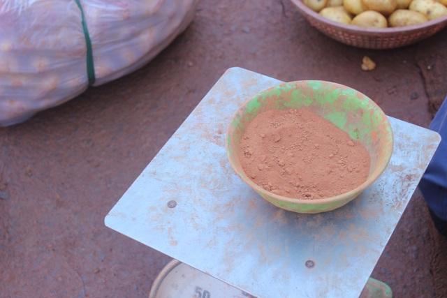 Đất đỏ Đà Lạt được dùng để nhuộm khoai tây Trung Quốc